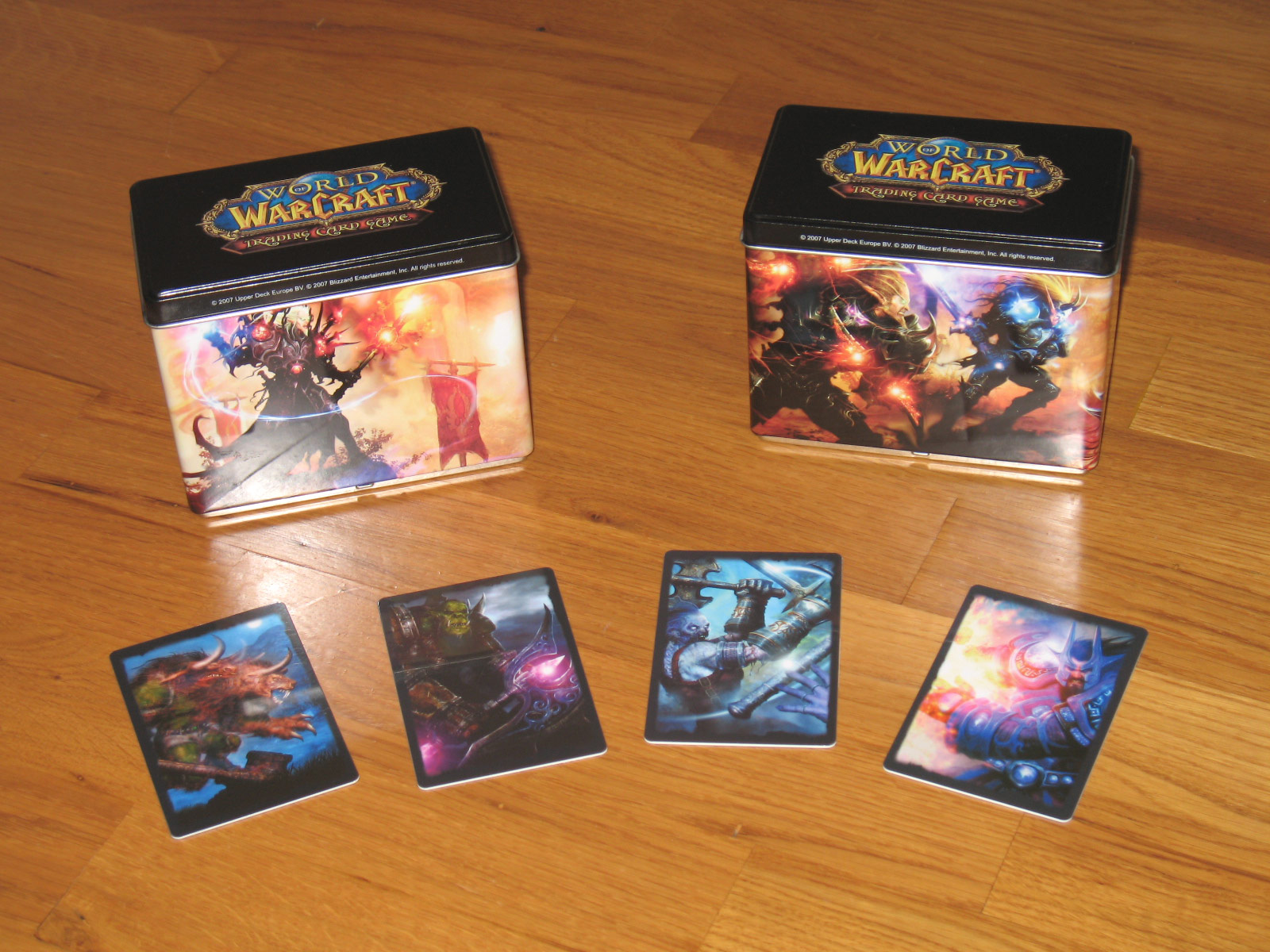 Boîte métallique pour le rangement de cartes du JCC WoW ayant pour thème Draeneï vs Elfes de Sang.