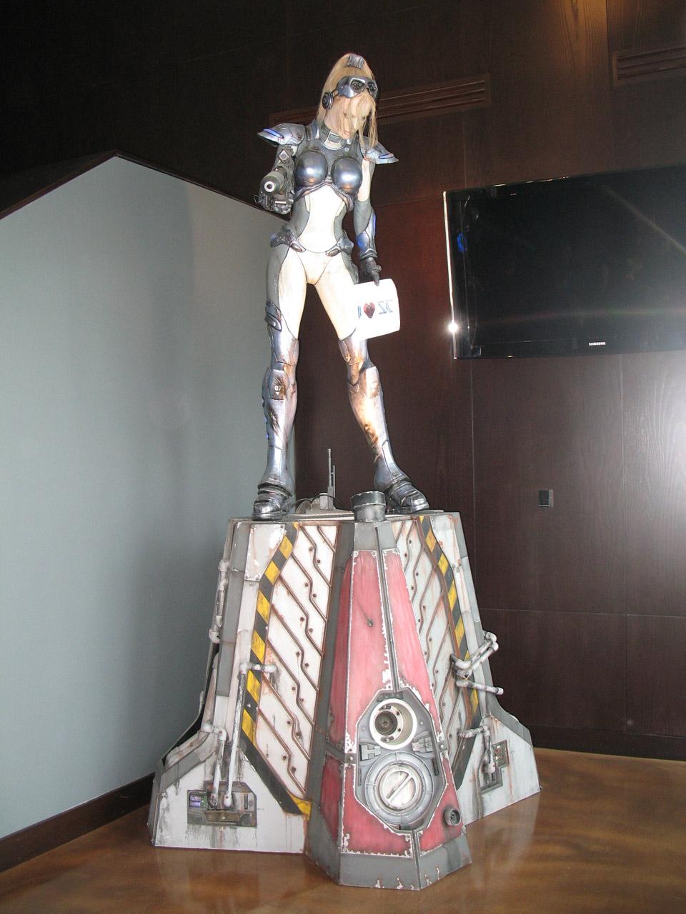 Statue de Nova (StarCraft Ghost) présente dans le hall d'entrée de Blizzard à Irvine.